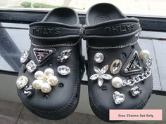 Zapatos Bling Bling, Bling Shoes, Glitter Shoes, Crocs Slippers, Crocs Shoes, Creative Shoes, Unique Shoes, Crocs Fashion, Fashion Shoes