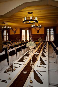 Barna esküvői dekoráció, barna székszoknyával és rezgős asztaldísszel - Brown  and gold wedding decoration with chaircover and table flowers