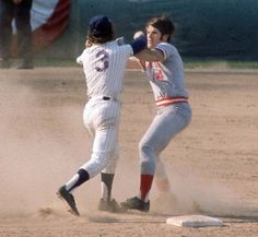 Buddy Harrelson, the New York Mets shortstop, would do anything necessary to help his team win. such as fighting the Cincinnati Reds first baseman Pete Rose. Baseball Fight, Baseball Photos, Sports Baseball, Sports Photos, Baseball Players, Baseball Stuff, Baseball Cards, Pirates Baseball, Baseball Jerseys