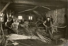 Arbeiders aan het werk in de rietmeubelenfabriek te Noord-Wolde. Nederland, datum onbekend.