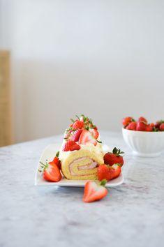 Strawberry & Cream Swirl Cake - made easy! Recipe on forkandflower.com. Erdbeer Roulade - leicht gemacht! Mit dem Rouladenblech von Betty Bossi. Rezept für diesen leichten Sommergenuss auf dem Blog forkandflower.com. #forkandflower #rezept #recipe #swirlcake #roulade #erdbeerroulade #strawberriesandcream #biskuit #kuchen #cake #summer #strawberries #erdbeeren #rahm #sahne #bettibossi #backblech #foodblogger #idee #sommer Cake Recipes, Snack Recipes, Dessert Recipes, Desserts, Shortbread, Healthy Snacks, Healthy Recipes, Seasonal Food, Foodblogger