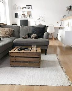 Stocksund + Willi | SoLebIch.de Foto: about.cln #solebich #wohnen #wohnideen #dekoration #deko #einrichtung #einrichtungsideen #dekoideen #interior #interiordecor #ideas #wohnzimmer #livingroom #schwarz #weiß #grau #weinkisten #beistelltisch