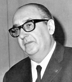 Nado en Mondoñedo o 22 de decembro de 1911 e finado en Vigo o 28 de febreiro de 1981, Álvaro Cunqueiro Mora-Montenegro é considerado un dos grandes autores das nosas letras. Foi un novelista, poeta, dramaturgo e xornalista que revolucionou o panorama literario galego co emprego dunha lingua culta e vangardista.