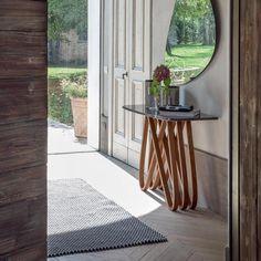 Консоль, выполненная из дерева, со стеклянной столешницей