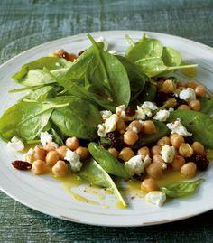Eine Kombination die sich sehen lassen kann: Spinat, Kichererbsen, Schafskäse und Rosinen ergeben zusammen einen köstlichen Salat.
