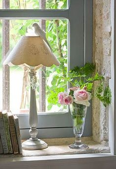 Shabby chic by the window Style Cottage, Rose Cottage, Cottage Living, Cottage Homes, Cottage Chic, Cottage Windows, Vibeke Design, Romantic Homes, Cottage Interiors