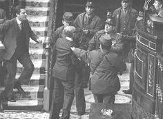 """El 23-F de 1981, un intent de cop d'estat va fer trontollar la democràcia a l'Estat espanyol. En la imatge, l'aleshores  president Adolfo Suárez s'àproxima al tinent general Gutiérrez Mellado, que s'encara als colpistes. Com a militar de més alta graduació present a la sala del Congrés dels Diputats i com a vicepresident del Govern, Gutiérrez Mellado es va aixecar, es va adreçar al coronel Tejero i li ordenà que es posés """"firmes"""" i li lliurés l'arma. Van ser gestos d'extraordinària dignitat."""