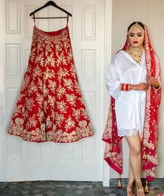 Latest bridal lehenga photoshoot ideas for the Indian brides. Such trending bridal poses are the inspiration for this wedding season. Bridal Poses, Bridal Photoshoot, Photoshoot Ideas, Desi Wedding Dresses, Bridal Dresses, Latest Bridal Lehenga, Bridal Lehenga Collection, Latest Fashion Dresses, Latest Dress