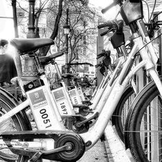 Bicis... #madrid #places #lugares #people #gente #urbanscenes #lg #lgg6 @lg_es #monocromo #igersmadrid_bn #spring #primavera #granvia