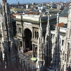 Lo primero que uno debe hacer al visitar Milán es subir al Duomo. Las vistas y el placer de andar por lo más alto de una catedral gótica lo merecen