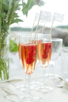 Turn a plain drink into a gorgeous masterpiece with this little trick! Perfect for cocktail hour at weddings!