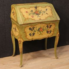 1400€ Venetian bureau in lacquered and painted wood with floral decorations. Visit our website www.parino.it #antiques #antiquariato #furniture #antiquities #antiquario #bureau #ribalta #desk #scrittoio #decorative #interiordesign #homedecoration #antiqueshop #antiquestore #lacquered #painted