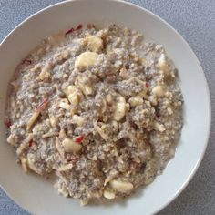Mandel-Chia-Porridge (Hafervollkornflocken* (92%), Chia Samen*, ** (7,5%), Bourbon-Vanille*)