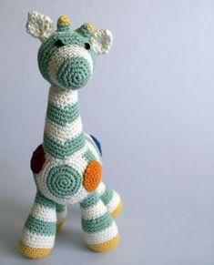 Deze gestreepte giraffe is een superleuk kraamcadeautje. Uniek, eigenzinnig, creatief en superschattig! Daarnaast ook nog eens betaalbaar en gewoon in Nederland gemaakt door iemand die dat superleuk vindt om te doen. Kan niet missen toch? Crochet Animals, Om, Dinosaur Stuffed Animal, Great Gifts, Cute, Crocheted Animals, Kawaii