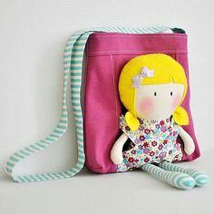 ❤️ Peça super fofa para presentear a pequena! Uma bolsa com compartilhamento para levar a boneca junto. Vocês já conheciam? ️ Mais inspirações de peças kids acesse www.euamocosturar.com.br