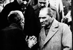 Atatürk, Tokat'ta bir yurttaşın derdini dinlerken (1930)
