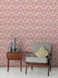 Leuke stoel / Behang Flower Fields Rosy | ELLE Decoration NL
