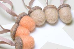 Deko-Objekte - 6 Eicheln aus Filz Filzeicheln Anhänger - ein Designerstück von FILZFORM bei DaWanda