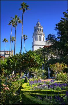 Hearst Castle, California William Randolph Hearst wanted a garden that displayed a profusion of blooms throughout the year. So, hundreds of thousands of annuals, bulbs and perennials were planted to provide the displays Hearst enjoyed. Now, colors abound in the historic gardens throughout the year, which means you'll always see the gardens in full bloom
