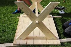 Bygga eget träbord Diy Garden Table, Diy Garden Furniture, Building Furniture, Diy Furniture Projects, Woodworking Projects Diy, Home Projects, Picnic Table Bench, Diy Dining Table, Patio Table