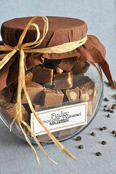 Fudge au caramel, chocolat, vanille et noisettes via Liesel Kutu Baking Packaging, Dessert Packaging, Cookie Packaging, Creative Gift Packaging, Honey Packaging, Fudge Caramel, Chocolate Fudge, Homemade Chocolate, Cornflakes Chocolate