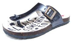 Kickers sandalia bio en charol  en color azul, con hebilla en el costado