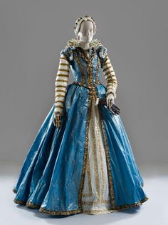 Isabelle de Borchgrave is a Belgian artist who creates historically accurate garments out of common sheets of paper. Her works are simply mind-blowing