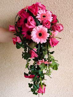 Brud i rosa. Rosa brudbukett med gerbera i två rosa nyanser och underbara doftande Jakaranda rosor.