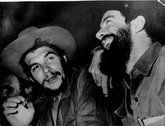 "cuban leader Cuban revolutionary Commander Camilo Cienfugos (R) to Argentine-born revolutionary leader Ernesto ""Che"" Guevara after they had exchanged Cienfuegos' hat for Guevara' s beret Cienfuegos, Fidel Castro, Marie Curie, Radio Rebelde, Cuban Leader, Ernesto Che Guevara, World Images, Revolutionaries, Frases"
