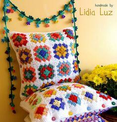 Casinha feliz, almofadas de crochê by Lidia Luz, via Flickr