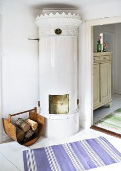 A gorgeous ceramic stove is not just practical during the colder months but gorgeous to look at all year long Swedish Cottage, Swedish Decor, Swedish Style, Swedish House, White Cottage, Home Fireplace, Fireplace Design, Scandinavian Interior, Scandinavian Design