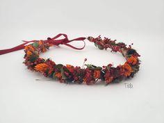 Dieser märchenhafte Blumenkranz wird mit viel Liebe von Hand aus getrockneten Blumen hergestellt. Ob zum Dirndl, zur Hochzeit oder zum Sommerkleid – dieser Haarkranz ist ein echter Hingucker! Wreaths, Fall, Decor, Different Fruits, Dried Flowers, Creative Gifts, Floral Wreath, Dirndl, Love