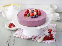 Tätä kakkua voi ottaa hyvällä omalla tunnolla isommankin palan! Saat kakkuun vaihtelevuutta käyttämällä pohjaan erilaisia myslipatukoita ja täytteeseen eri marjoja.