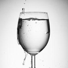 Un professore ha in mano un bicchiere d'acqua.Quanto pesa?Il peso assoluto è irrilevante. Ciò che conta è per quanto tempo lo tenete sollevato; 1 minuto e non avrete problemi, x 1 ora e vi ritroverete un braccio dolorante.Il peso del bicchiere non è cambiato.Eppure, più il tempo passa, più il bicchiere sembra diventare pesante. Lo stress e le preoccupazioni sono come questo bicchiere, ciò che conta è quanto tempo dedichiamo loro.Dovete imparare a mettere giù il bicchiere d'acqua.