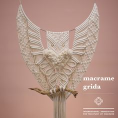 Love this but maybe add some coloured wool for more detail. Macrame Owl, Micro Macrame, Macramé Art, Macrame Curtain, Macrame Design, Macrame Projects, Macrame Patterns, Hobbies And Crafts, Knots