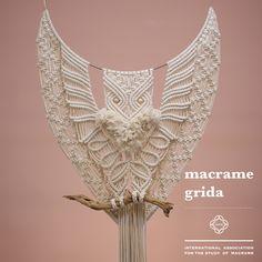 . [macrame grida X IASM] . 부엉이 디자인 550 x 850 학교다닐때 과제로 새들을 그린적이 있어요. 부위별로 깃털의 모양과 질감이 달려서 표현에 많이 신경썼던 기억이 있습니다. 매듭과 면끈이 주는 다채로운 표현들 그림을…