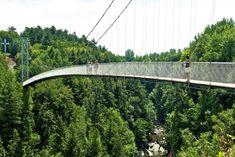 Pont suspendu, Gorge de Coaticook, Québec:  le plus long pont suspendu piétonnier au monde, une longue passerelle de 169 m construite entre ciel et terre au-dessus de la rivière.