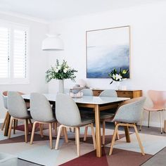 Check out Jenni Farr (@designdevotee)'s gorgeous contemporary home in our latest family edition. This is her dining room - in love with those chairs! Buy your copy from newsagents Australia wide or our online shop (we also sell the limited edition cover featuring Jenni)! Styling: @ledgelovespace  @hannahblackmore