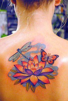 Tatouage colorée libellule et fleur de lotus sur le dos d'une femme https://tattoo.egrafla.fr/2016/02/04/modeles-tatouage-libellule/