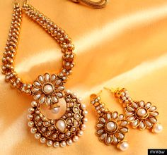 Beautiful traditional necklace set with matching pair of earrings.