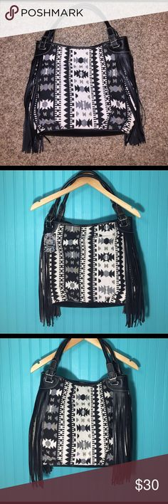 NWT Tribal print fringe purse Great condition, never used. Still has tags and paper inside. Super cute and stylish! Feel free to ask questions! Make offers!❤️ chateau Bags Hobos