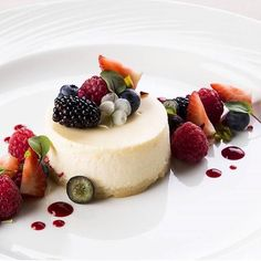 This is one good looking cheesecake with berries Photo by @lazy_artichoke | Repost @gastronogram #gastronogram#marthabakes #nationaldessertday #whatibakedtoday #gastroart #theartofplating #gourmetartistry  #beautifuldesserts #beautifulcuisines  #hipsterfood #histerfoodofficial #foodnockout #chefsofinstagram #expertfoods #fourmagazine  #chocolatecake #foodporn #foodshare #foodstagram #foodstyling #foodspotting #foodwinewomen #foodphotography #eeeeeats #homebaker #huffposttaste #instapic…