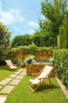 #combinació gespa+marès #pared de peddra amb plantes que pengen #casasdecampoconalberca