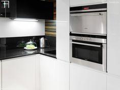 Ciemne blaty kuchenne z białymi szafkami #kitchen #arragments #kuchnia #homedecor #home #exclusive