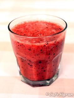 iron shortage treatments all-natural, what are the reasons and symptoms and the best and reliable methods to treat iron deficiency Juice Smoothie, Smoothie Recipes, Smoothies, Juice Recipes, Foods With Iron, Iron Rich Foods, Food For Anemia, Canned Juice, Banana Contains