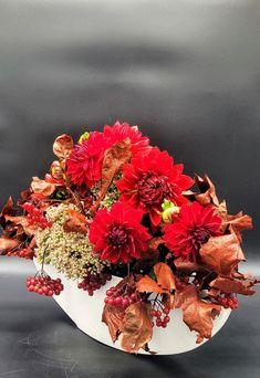 #jesiennakompozycja #jesiennekwiaty #dalie #kalina #kompozycjadlafirm #kwiatydlafirm #dekoracjanastół