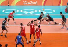 El equipo olímpico de voleibol de Irán (arriba) en acción ante el equipo de Cuba (abajo).