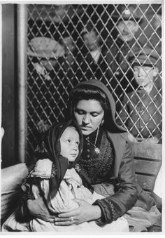 Italian Mother and Child, Ellis Island, New York, by Lewis Wickes Hine. Recently visited Ellis Island. Vintage Pictures, Old Pictures, Old Photos, Isla Ellis, Lewis Wickes Hine, Fondation Cartier, Fotografia Social, Musee Carnavalet, Henri Cartier Bresson