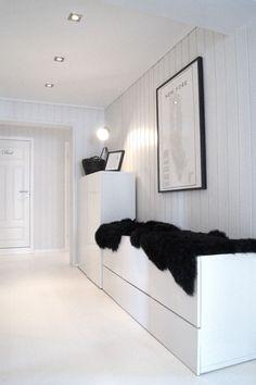 Glad i hvitt: Et nytt hvitt gulv.. Studio Apartment, Shag Rug, Indoor, Mirror, Interior, House, Inspiration, Furniture, Home Decor