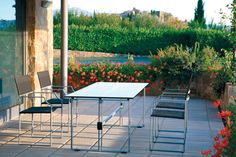 Base Mistral (art.200) cm 180x80x72h  •  Piano in Cristallo cm 200x90  •  Poltrona Bora (art.231a) con seduta in pvc/poliestere
